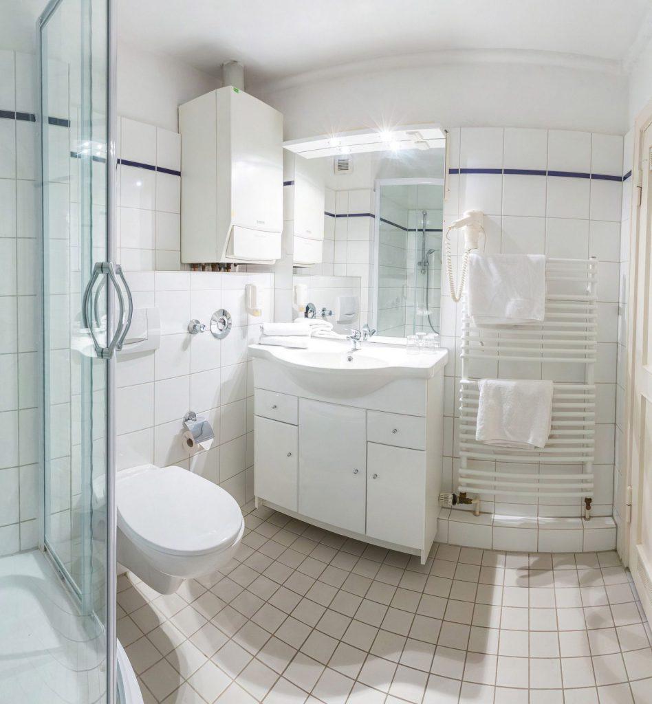 Badezimmer im Appartment large